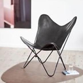 Sælger Flagermusstol i sort læder. Min er splinterny og endnu ikke samlet, så du får en splinterny stol. Har fået den i gave, og har ikke plads. Sælger den billigt, for hurtig handel!