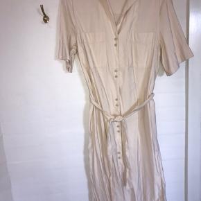 Smuk sandfarvet kjole fra mango Købt i mango Hanoi, brugt 1 gang