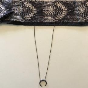 Honey pendant halskæde fra hvisk. Np 330kr. Byd!