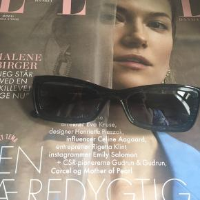 """Jeg sælger disse flotte Max Mara solbriller for min mor. Hun kan ikke huske præcist hvornår de er købt, mener det er et par år siden, dog er de aldrig nogensinde blevet brugt, derfor er de helt som nye uden nogen brugsspor. Da de alligevel ikke lige var hende, sælges de nu, da det er super ærgerligt sådan et par lækre designer solbriller ikke bliver brugt!😊😉  Solbrillerne ligger i et solbrille etui fra Profil Optik; dog kan min mor desværre ikke huske om de ér købt i denne brillebutik eller om det har været et solbrille etui hun bare har haft og lagt dem deri.   Kvitteringen har hun ikke haft gemt men de er 100% ægte. Jeg tænker at man formentlig kan ringe til en Max Mara butik og få dem verificeret, det vil jeg gerne prøve at gøre i tilfælde af, at der er interesse for solbrillerne 😄👍🏻  Nyprisen mener min mor har ligget på et sted mellem 2000-2500 kr.   Solbrillerne er så smukke og klassiske i designet og den blå farve, som changere og """"glitre"""" så smukt i lyset, det har været lidt svært at fange dette på billederne men ellers kan jeg prøve at filme en video af det og sende over SMS hvis det er. ✨✨  Hvis de skal sendes, betaler køber fragt.   Mvh Betina Thy"""