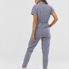 Flot jumpsuit af mærket Daisy Street købt via Asos.com. Udsolgt på hjemmesiden.   Det er en str. XS  Np ca. 300kr Fast pris 120kr esksl porto