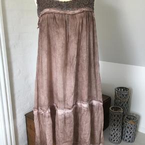Smuk og let italiensk sommerkjole i 70 % silke og 30 % bomuld.  Vil mene at den passer både en 38 og 40 Ekstra lag, som vist på billede 4 Florlet og meget yndig