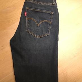 """Varetype: Skinny Størrelse: 25/30"""" Farve: Blå Oprindelig købspris: 999 kr. Kvittering haves.  Brugt 4 i timer købt for små  LEVIS jeans str. 25/30 (dame model) Model:721 High rise skinny Ny pris. 999kr  Kan sendes efter aftale"""