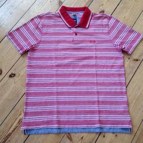 Varetype: Lækker polo tshirt - stribet Farve: Rød,  lyserød,  sand Oprindelig købspris: 900 kr.  Brugt 1 gang - fremstår som stort set ny. Fejler intet.  Striber i rød, lyserød og sand.  Materiale: 100% cotton  Mål: Længde fra nakke og ned (foran): Ca 67 cm Længde fra nakke og ned (bagpå): ca 69 cm Brystvidde: ca 2x54 cm  Skulder til skulder: ca 46 cm  Bytter ikke    *** se også mine andre annoncer med mærkevarer ***