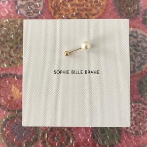 Jeg sælger min fine Sophie Bille Brahe ørering. Nypris er 3.800 kroner, hvorfor prisen er sat derefter :) kan sidde i øret både med perlen foran og bagtil.