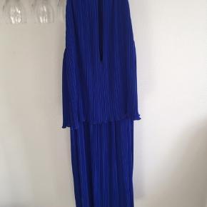 Meget smuk kjole, som bare hænger og samler støv. Kjolen er gået op i 'underkjolen' (se billedet), intet at se, når man har kjolen på.