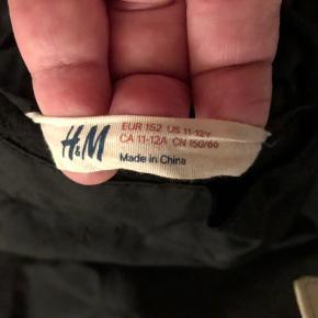Sorte skibukser i str 152 sælges. De er fra H&M serie med deres stærke kvalitet af stof. Der er snefang nederst på benene, og refleks på ben. Elastik i linning. De er brugt en del, men der er stadig masser af varme og timer i dem, da de er uden revner, huller eller slid. Afhentes i Alslev, ved Varde, eller sendes på købers regning.