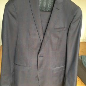 Brugt 2 gange fejler intet står som ny . Str 48 ringo slim svarer til medium eller jeans str 31/32 waist  Hurtig handel SMS 2782 5298