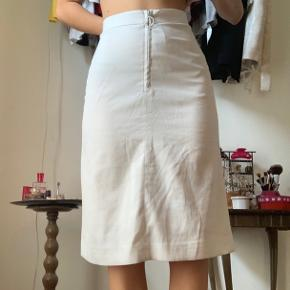 Fin hvid nederdel. Den har fået nogle skygge agtige pletter hist og her, men de er ikke særlig tydelige. Eksempel på sidste billede. Derfor billig pris : )