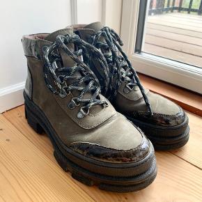 Brugt 3-4 gange. Super fine støvler i kalveskind med fede detaljer!   Sælges fordi jeg har alt for mange støvler. Passer en almindelig 37.