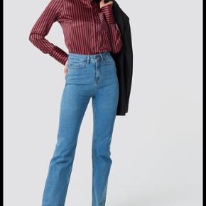 Sælger disse helt udsolgte Emilie Briting x NA-KD jeans, de er i en str S/36 og er helt nye stadig med tags på!!! Kun prøvet på en gang:) byd gerne