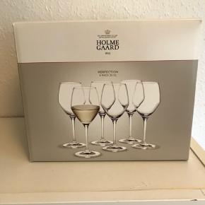 Holmegaard Perfection Hvidvinsglas 32 cl. Jeg sælger alle 6 glas samlet. De er købt for ca 1 år siden, de har aldrig været brugt eller vasket, stregkoden sidder stadig på. Så de er som nye. Ny pris: 119,95kr pr. glas. Kan afhentes i Vedbæk. Kom gerne med et byd.