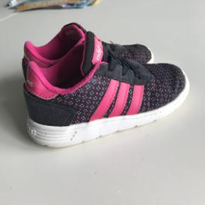 Adidas lette og fede sneaks. De er Gmb men stadig rigtig pæne. Str 26