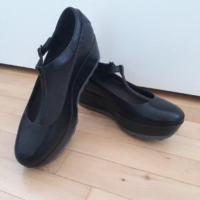 Smukke Camper sko med plateau i modellen Laika 🌸 De er i ægte læder, og aldrig brug! Nypris ca 1000,- og original skoæske haves stadig. OBS de er små i størrelsen, og passer nok nærmere en str 40.