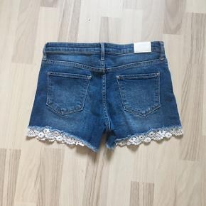 Søde shorts fra H&M, der er i flot stand. De er blevet brugt få gange men det kan næsten ikke ses.🌸