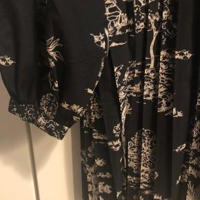 Rigtig fin kjole/tunika, som kun er brugt en enkelt gang. Jeg har brugt den enkelt gang og den fejler ikke noget. Kjolen er 87 cm lang og er lavet af 100% polyester.
