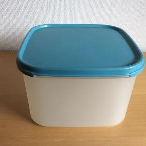 Opbevaringsbeholder på  2,5 L til f.eks. sukker, mel, morgenmad og mange andre ting.  Brugt, men god.