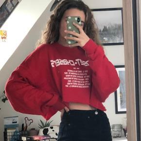"""mega fed cropped sweatshirt fra Zara. På den står der """"Sunset Chaser"""" og en masse steder og årstal❤️ Tags: brandy melville, h&m, Urban outfitters, shein"""