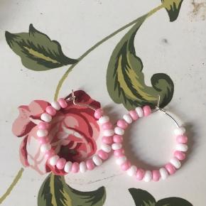 Øreringe med hvid og lyserøde perler