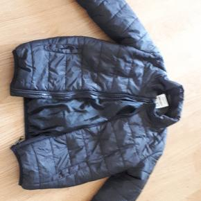 Jakke str 122 brugt som overgangs jakke/ sommer jakke. Ikke brugt meget så nsn Mp 50kr  Hentes i tjæreborg eller Esbjerg centrum