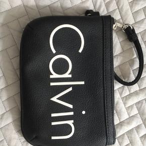 Helt ny calvin Klein taske - clutch i læder lignende materiale.