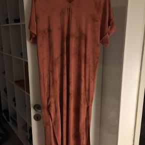 Varetype: Kjole Farve: Brændt orange Prisen angivet er inklusiv forsendelse.  Lækker lang og blød kjole
