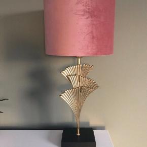 BEMÆRK - sælger kun lampeskærm.  H&M Home lampeskærm i smuk pudderrosa.  Lampeskærm i malet metal og velour. Lampeskærmen kan anvendes til en valgfri lampefod eller hænges som en loftslampe med valgfrit ophæng. Ophæng medfølger ikke. Åbning til pære med E27-sokkel. Højde 23 cm, diameter 30 cm. Vægt ca. 0,5 kg.