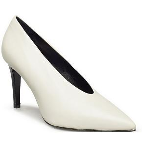 Apair Narrow Cut heels eller pump i hvide, str. 38, aldrig brugt, ligger i org. æske.  - Apair pump med tynd hæl - Smuk udskæring, der giver et elegant look - Hvid kernelæder fra Italien - Smuk til både hverdag og fest - 8,5 cm hæl  Overdel: 100% læder Foret: 100% læder Sål: 100% læder Midtersål: 100% læder Ydersål: halvtlæder, gummi  De har kostet 1799 kr., og jeg sælger dem til 350 kr., hører gerne bud
