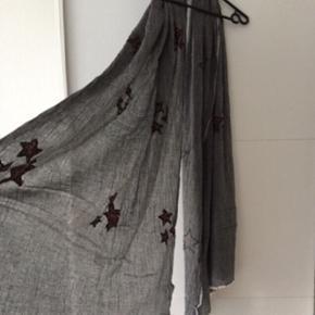 Black Lily halstørklæde i grå med leopard stjerner. I fin stand, kom med et bud