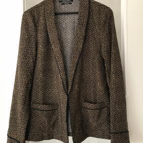 Lækker kimono  jakke fra Maison Scotch . Aldrig brugt eller vasket .Måler 52 cm over ryggen fra ærmegab til ærmegab . Ca 67 cm lang . Lavet af Viscose . Farve kobber/sort . Nypris 1499  kr . Bytter ikke
