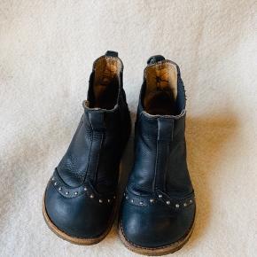 Skønne overgangsstøvler / støvletter med nitter. Elastik i siden, så de er hurtige og nemme at få på.  Str 26