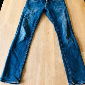 """Tommy Hilfiger bukser i str. 32/32. Modellen hedder """"Skinny Sidney"""" og sidder pænt på.  De er rigtig god stand, da de er begrænset brug.  Afhentes i Aalborg V eller sendes med DAO."""
