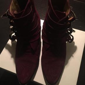 b0ea1a71a65 Varetype: Velholdte støvler Farve: Bordeaux Oprindelig købspris: 2900 kr. Prisen  angivet er