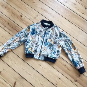 Zara jakke - bomber jacket   Str. M men jeg synes, at den er til den lille side, så en small vil også kunne passe den.  Ingen bytte.  Kan afhentes på Nørrebro eller sendes på købers regning.