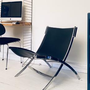 Lænestol fra Ilva - model Cuba. Med stel af krom og betræk af sort læder. 75 x 66 x d.80 cm. Fremstår med meget lidt brugsspor. God stand. Nypris ca 3000kr