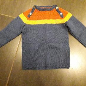Lækker hjemmestrikket trøje/sweater. Strikket i merinould. Hrugt ganske få gange. Ser ud som ny. Svarer til str. 98.