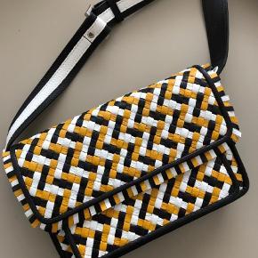 Varetype: Håndtaske Størrelse: Mellem Farve: Multi Oprindelig købspris: 1999 kr.  Flot taske, som aldrig er brugt.  Byd gerne!