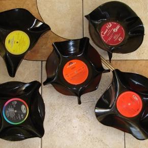 """Brand: LP Varetype: skåle - retro Størrelse: - Farve: -  LP skåle Alle er forskellige i form og """"band"""".  1 stk. 45kr pp. 2 stk. 80kr. pp.  Portoen er bare et gæt ;)   * * * Se også mine andre annoncer * * *"""