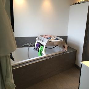 Så fint puslebord som kan bruges over badekar for pladsbesparelse, eller evt over sengen. Vi har selv brugt den over badekaret. Virker så fint - men ikea pusle sæt- er der også fin opbevaring 👍🏼