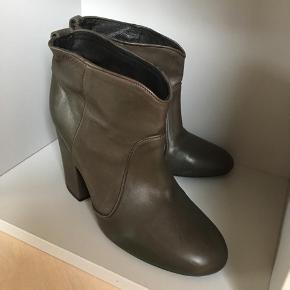 Mærke: Billi Bi Størrelse: 37 Farve: Army grøn Støvlen: kort støvle med hæl i handske blødt skind Stand: Aldrig brugt.   Nypris 1499 kr. Sælges 525 kr