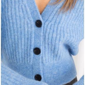 Strik cardigan, er helt ny i butikkerne. 35% polyamide, 60 uld, 5% elastan.
