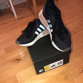 Adidas NMD_R1Størrelse 36 2/3 Cm 22,5 Ny pris: 1.100kr Mp: 850kr Sælges da de er for små. Brugt få gange.
