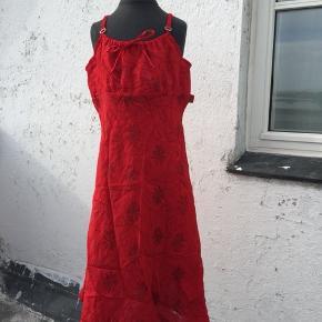 Meget fin kjole fra Kenzo. Rød med blomster. Str. 12. Byd.