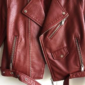 Burgundy faux læderjakke fra Zara i str. M.