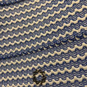 Rigtig fin nederdel med 'stivelseseffekt'. Den falder ikke sammen, men holder en god luftig facon. Bredt elastikbånd i livet.