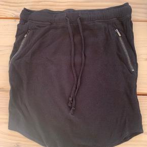 Nederdelen er helt sort, det er dog svært at fange på billedet :-)