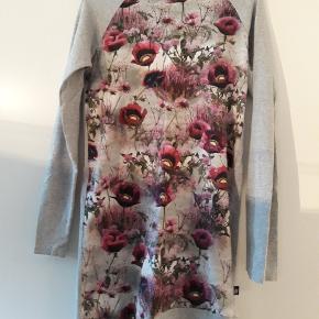 Sød blomstret kjole fra Molo i tyndt Jersey stof.  Er lys grå på hele bagsiden. Str 146/152. Er brugt, men fremstår næsten som ny.