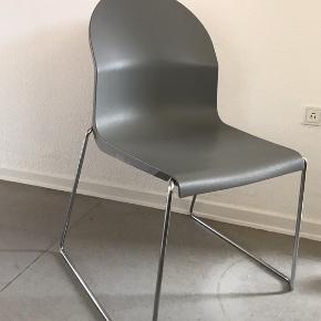 Obs! Prisen er 95,- pr stol, men ved hurtig afhentning, så sælges stolene samlet for 300,-.  4 stk. stole / spisebordsstole / havestole fra det italienske mærke Magis.   Model: Aida. Designet af Richard Sapper. Formstøbt plast med metalben. Højde: 90 cm.  Der er en lille smule rust, men det er min vurdering, at dette kan renses/fjernes. De fremstår ellers rigtig flot. Vi har brugt dem som spisebordsstole.  Nyprisen mener jeg var ca. 1200,- pr. stol, men jeg kan se, at de sælges for noget a la: mellem 1100,- og 1400,-.  Vi sælger alle 4 stole for kr. 1200,-, dvs. 300,- pr. stol.   Jeg kan sende flere billeder ved forespørgsel.  Stolene skal hentes i 8000 Århus C.