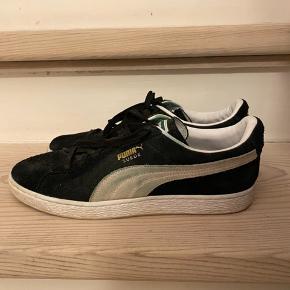 Sælger disse Puma sneakers.  Brugt meget få gange, dog en lille misfarvning på siden