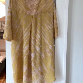 Kjole fra Rabens Saloner sælges. Den er aldrig brugt og er størrelse Small. Den er gul/lyserød/i farven og har nogle fine detaljer. Super rar at have på.